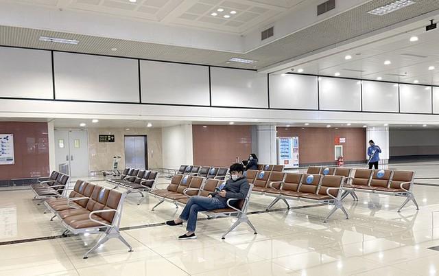 Dịch COVID-19 bùng phát trở lại, sân bay Nội Bài lại đìu hiu - Ảnh 1.
