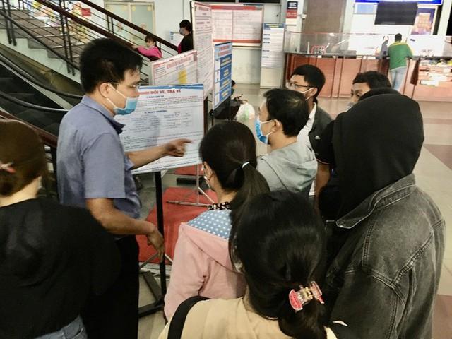 Hình ảnh ngàn người đến ga Sài Gòn đổi, trả vé tàu Tết  - Ảnh 1.
