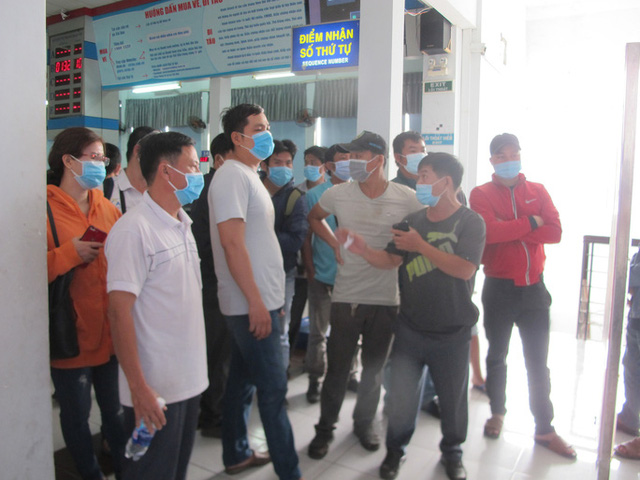 Hình ảnh ngàn người đến ga Sài Gòn đổi, trả vé tàu Tết  - Ảnh 2.
