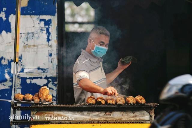 Đến tiệm bán mỗi ngày hơn 2.500 con cá lóc nướng mía, để biết món ăn này có gì đặc biệt mà người Sài Gòn năm nào cũng xếp hàng mang về cúng ông Táo!? - Ảnh 2.