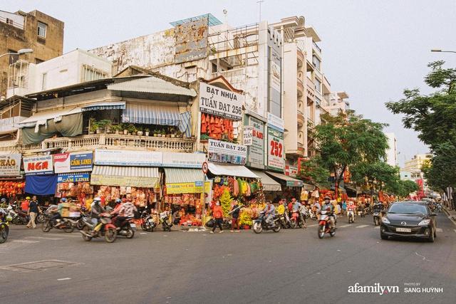Hà Nội có Hàng Mã thì Sài Gòn cũng có phố Hải Thượng Lãn Ông - nơi bán đồ trang trí Tết rực rỡ nhất quận 5, đẹp như một Hong Kong thu nhỏ - Ảnh 1.