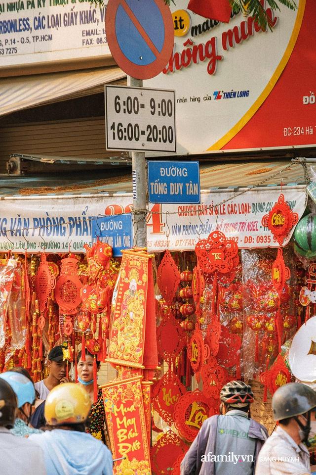Hà Nội có Hàng Mã thì Sài Gòn cũng có phố Hải Thượng Lãn Ông - nơi bán đồ trang trí Tết rực rỡ nhất quận 5, đẹp như một Hong Kong thu nhỏ - Ảnh 2.
