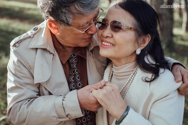 Bộ ảnh kỉ niệm 47 năm ngày cưới càng ngắm càng thấy tình của cặp đôi U80 tại Đà Lạt, khiến ai cũng ước ao có một tình yêu trọn đời ngát xanh - Ảnh 1.