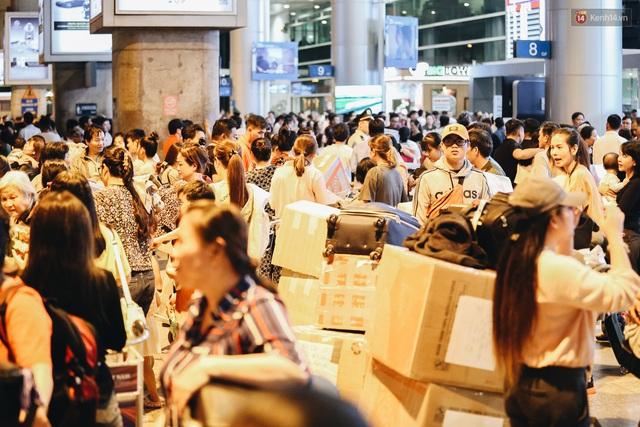 Chùm ảnh: Hình ảnh trái ngược ở ga quốc tế Tân Sơn Nhất trong năm nay và năm trước dịp gần Tết Nguyên đán - Ảnh 11.