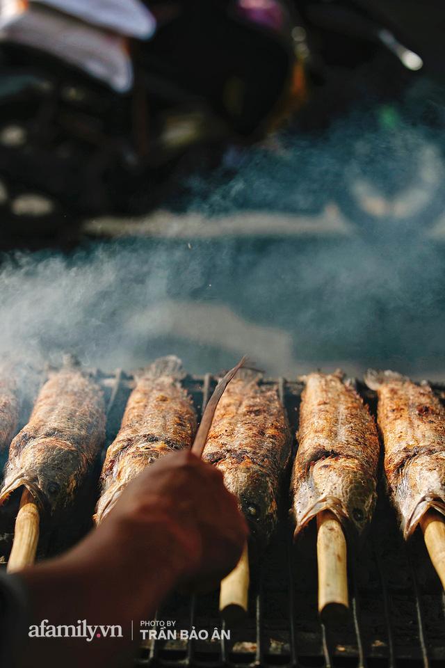 Đến tiệm bán mỗi ngày hơn 2.500 con cá lóc nướng mía, để biết món ăn này có gì đặc biệt mà người Sài Gòn năm nào cũng xếp hàng mang về cúng ông Táo!? - Ảnh 11.
