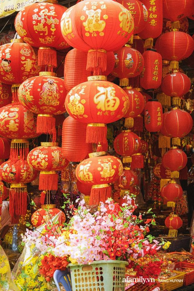 Hà Nội có Hàng Mã thì Sài Gòn cũng có phố Hải Thượng Lãn Ông - nơi bán đồ trang trí Tết rực rỡ nhất quận 5, đẹp như một Hong Kong thu nhỏ - Ảnh 11.