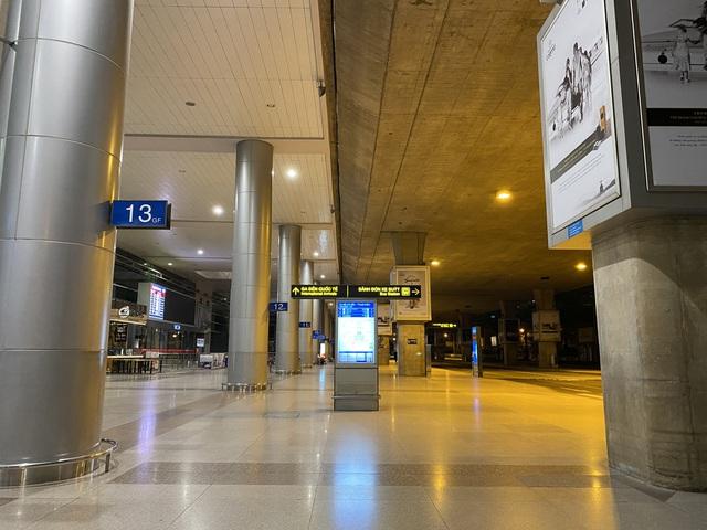 Chùm ảnh: Hình ảnh trái ngược ở ga quốc tế Tân Sơn Nhất trong năm nay và năm trước dịp gần Tết Nguyên đán - Ảnh 12.
