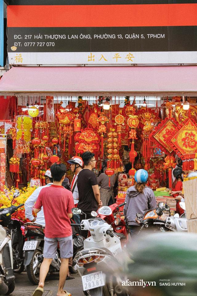 Hà Nội có Hàng Mã thì Sài Gòn cũng có phố Hải Thượng Lãn Ông - nơi bán đồ trang trí Tết rực rỡ nhất quận 5, đẹp như một Hong Kong thu nhỏ - Ảnh 12.