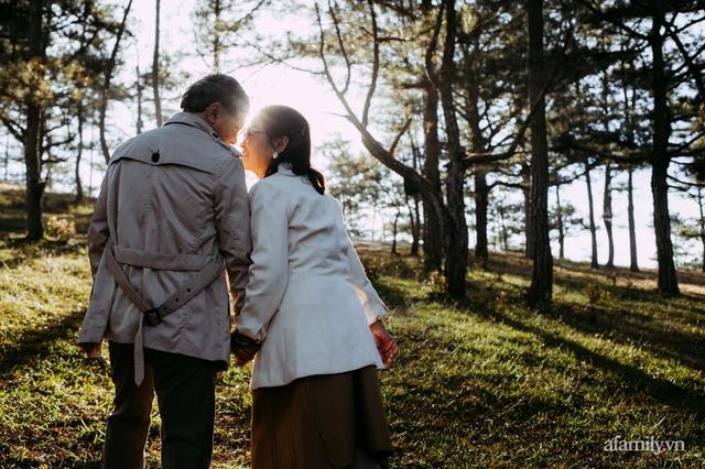 Bộ ảnh kỉ niệm 47 năm ngày cưới càng ngắm càng thấy tình của cặp đôi U80 tại Đà Lạt, khiến ai cũng ước ao có một tình yêu trọn đời ngát xanh - Ảnh 12.
