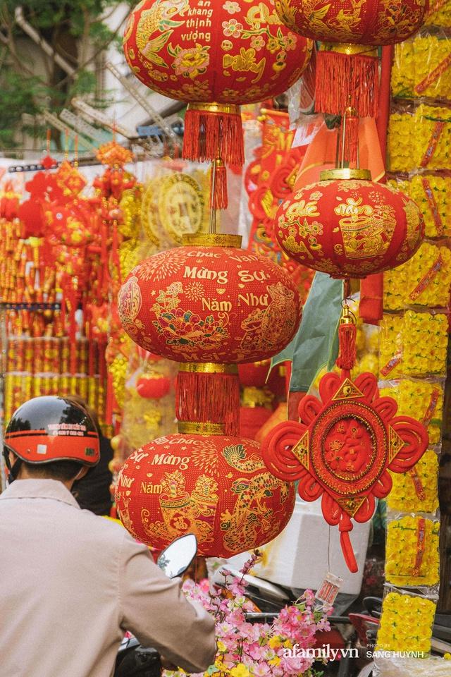 Hà Nội có Hàng Mã thì Sài Gòn cũng có phố Hải Thượng Lãn Ông - nơi bán đồ trang trí Tết rực rỡ nhất quận 5, đẹp như một Hong Kong thu nhỏ - Ảnh 13.