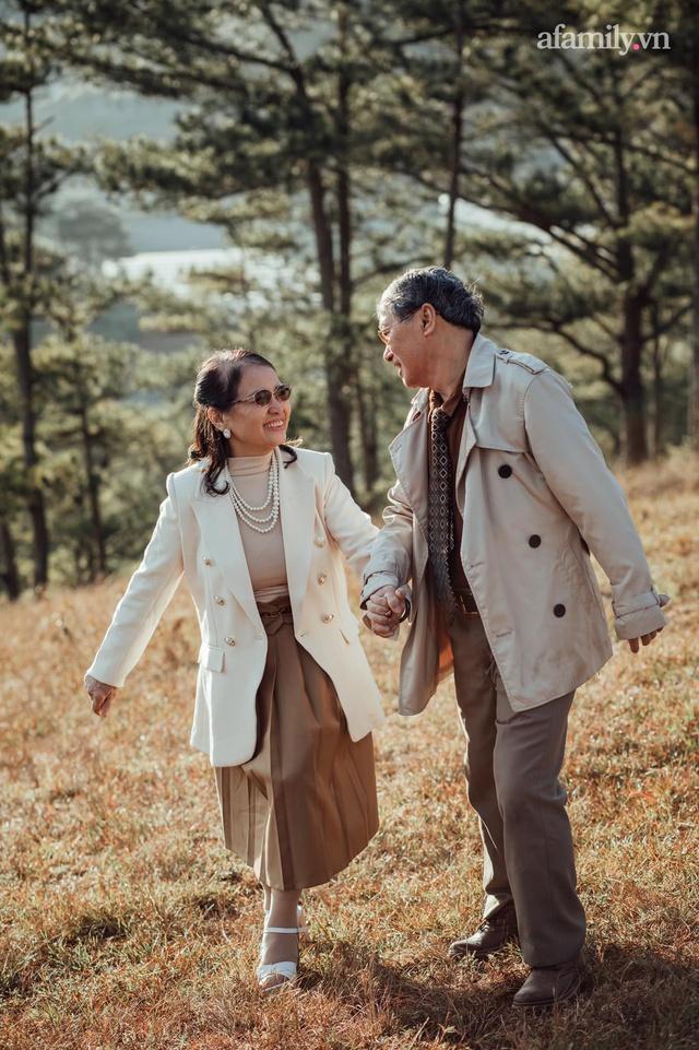Bộ ảnh kỉ niệm 47 năm ngày cưới càng ngắm càng thấy tình của cặp đôi U80 tại Đà Lạt, khiến ai cũng ước ao có một tình yêu trọn đời ngát xanh - Ảnh 13.