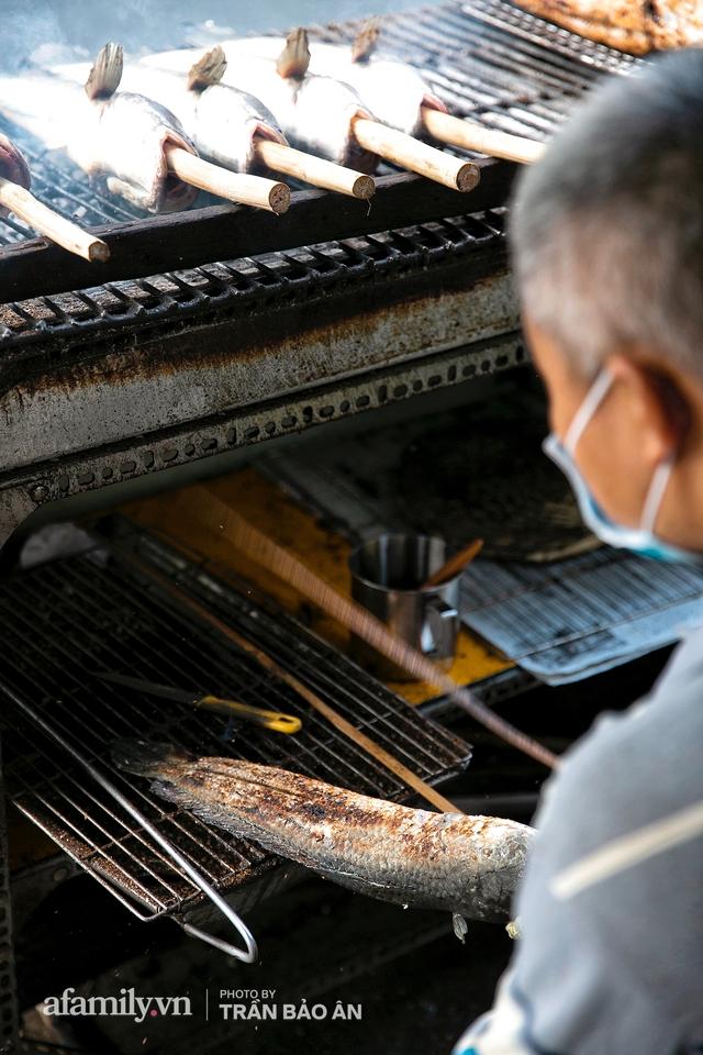 Đến tiệm bán mỗi ngày hơn 2.500 con cá lóc nướng mía, để biết món ăn này có gì đặc biệt mà người Sài Gòn năm nào cũng xếp hàng mang về cúng ông Táo!? - Ảnh 14.