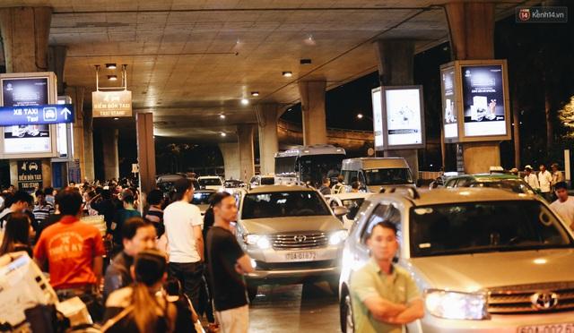 Chùm ảnh: Hình ảnh trái ngược ở ga quốc tế Tân Sơn Nhất trong năm nay và năm trước dịp gần Tết Nguyên đán - Ảnh 15.