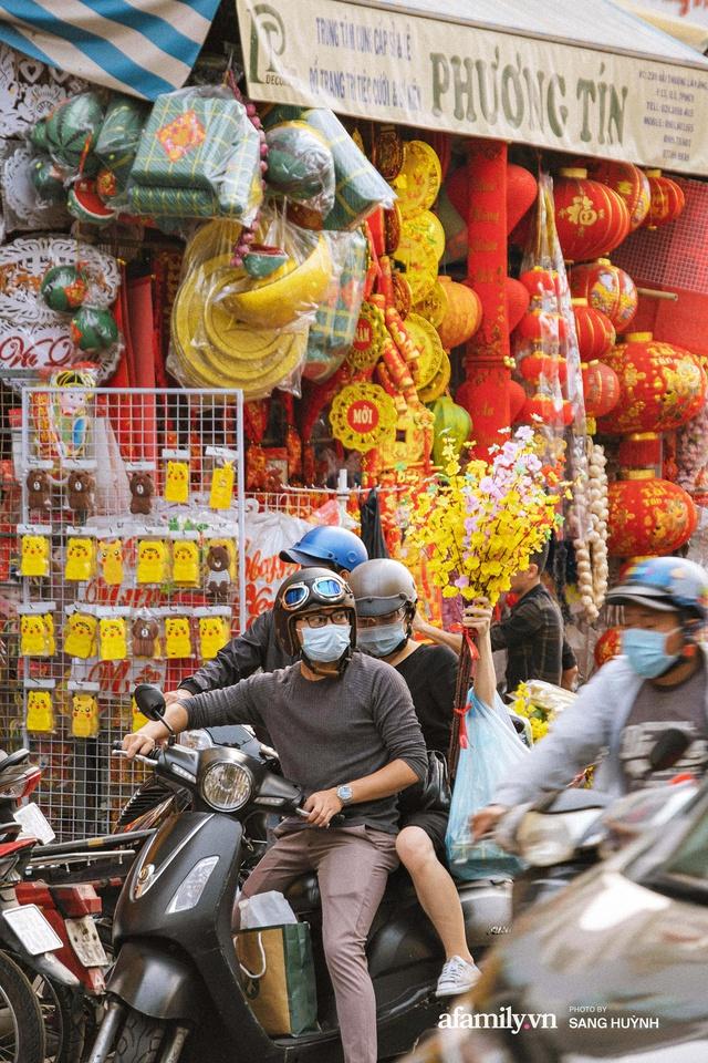 Hà Nội có Hàng Mã thì Sài Gòn cũng có phố Hải Thượng Lãn Ông - nơi bán đồ trang trí Tết rực rỡ nhất quận 5, đẹp như một Hong Kong thu nhỏ - Ảnh 15.