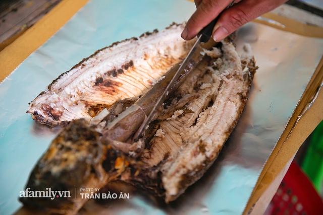 Đến tiệm bán mỗi ngày hơn 2.500 con cá lóc nướng mía, để biết món ăn này có gì đặc biệt mà người Sài Gòn năm nào cũng xếp hàng mang về cúng ông Táo!? - Ảnh 17.