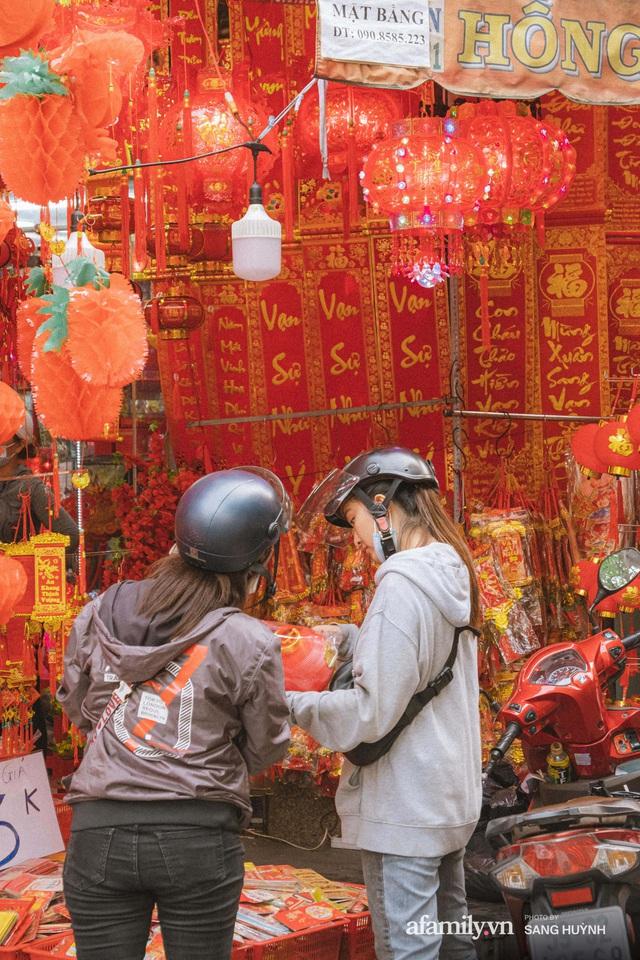 Hà Nội có Hàng Mã thì Sài Gòn cũng có phố Hải Thượng Lãn Ông - nơi bán đồ trang trí Tết rực rỡ nhất quận 5, đẹp như một Hong Kong thu nhỏ - Ảnh 17.