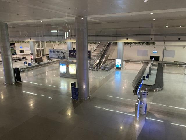 Chùm ảnh: Hình ảnh trái ngược ở ga quốc tế Tân Sơn Nhất trong năm nay và năm trước dịp gần Tết Nguyên đán - Ảnh 18.