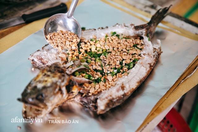 Đến tiệm bán mỗi ngày hơn 2.500 con cá lóc nướng mía, để biết món ăn này có gì đặc biệt mà người Sài Gòn năm nào cũng xếp hàng mang về cúng ông Táo!? - Ảnh 18.