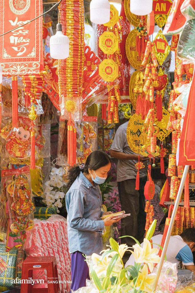 Hà Nội có Hàng Mã thì Sài Gòn cũng có phố Hải Thượng Lãn Ông - nơi bán đồ trang trí Tết rực rỡ nhất quận 5, đẹp như một Hong Kong thu nhỏ - Ảnh 18.