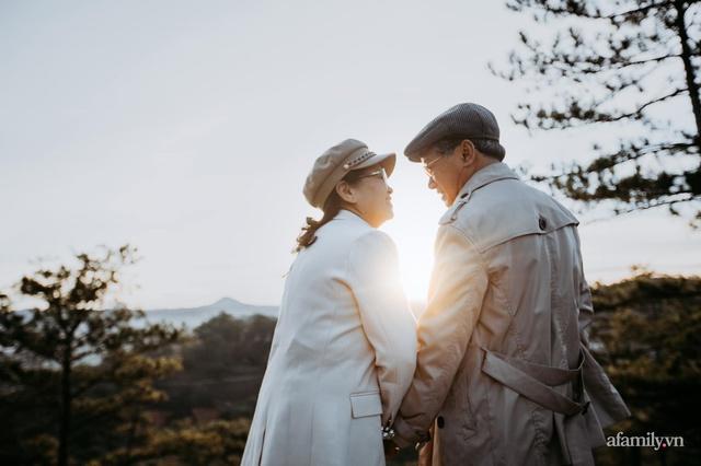 Bộ ảnh kỉ niệm 47 năm ngày cưới càng ngắm càng thấy tình của cặp đôi U80 tại Đà Lạt, khiến ai cũng ước ao có một tình yêu trọn đời ngát xanh - Ảnh 19.