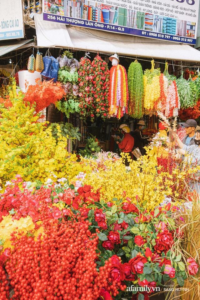 Hà Nội có Hàng Mã thì Sài Gòn cũng có phố Hải Thượng Lãn Ông - nơi bán đồ trang trí Tết rực rỡ nhất quận 5, đẹp như một Hong Kong thu nhỏ - Ảnh 20.