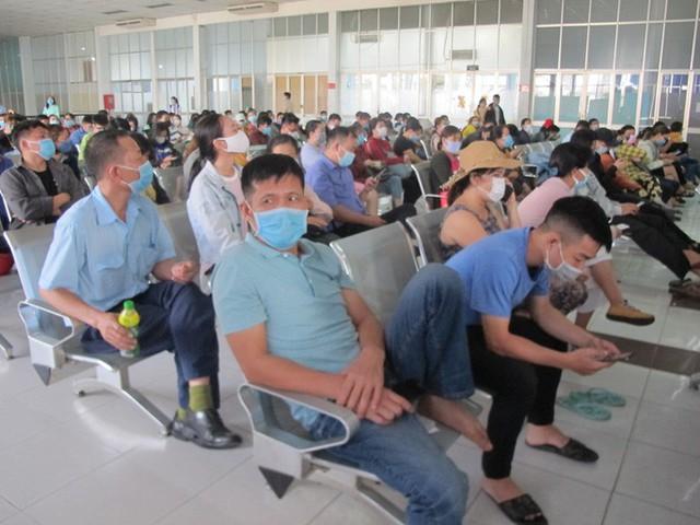Hình ảnh ngàn người đến ga Sài Gòn đổi, trả vé tàu Tết  - Ảnh 3.