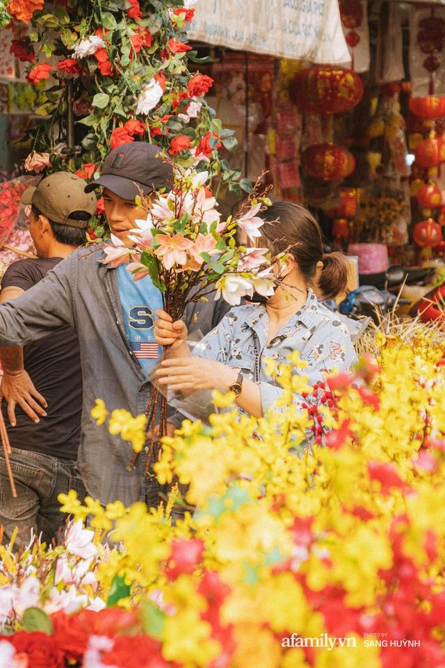 Hà Nội có Hàng Mã thì Sài Gòn cũng có phố Hải Thượng Lãn Ông - nơi bán đồ trang trí Tết rực rỡ nhất quận 5, đẹp như một Hong Kong thu nhỏ - Ảnh 22.