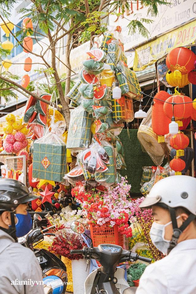 Hà Nội có Hàng Mã thì Sài Gòn cũng có phố Hải Thượng Lãn Ông - nơi bán đồ trang trí Tết rực rỡ nhất quận 5, đẹp như một Hong Kong thu nhỏ - Ảnh 23.