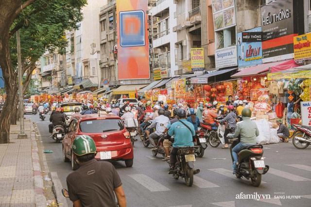 Hà Nội có Hàng Mã thì Sài Gòn cũng có phố Hải Thượng Lãn Ông - nơi bán đồ trang trí Tết rực rỡ nhất quận 5, đẹp như một Hong Kong thu nhỏ - Ảnh 24.