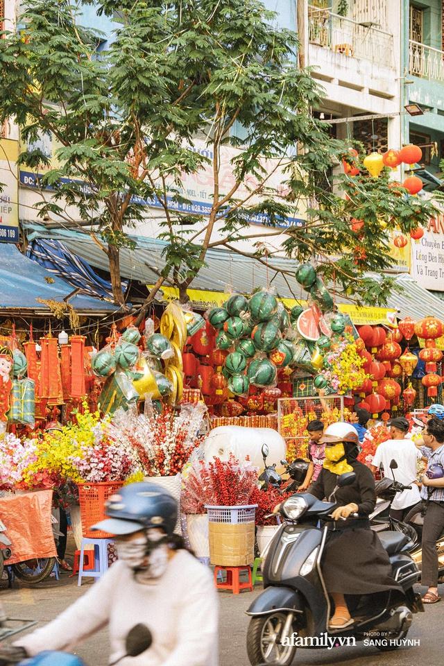 Hà Nội có Hàng Mã thì Sài Gòn cũng có phố Hải Thượng Lãn Ông - nơi bán đồ trang trí Tết rực rỡ nhất quận 5, đẹp như một Hong Kong thu nhỏ - Ảnh 27.