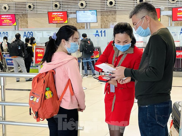 Dịch COVID-19 bùng phát trở lại, sân bay Nội Bài lại đìu hiu - Ảnh 4.