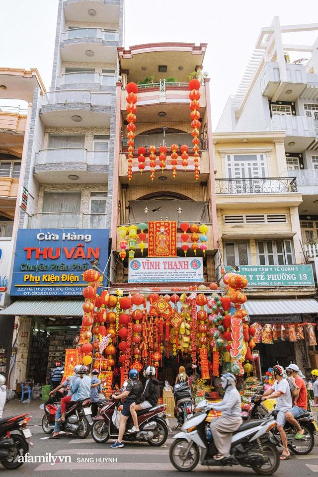 Hà Nội có Hàng Mã thì Sài Gòn cũng có phố Hải Thượng Lãn Ông - nơi bán đồ trang trí Tết rực rỡ nhất quận 5, đẹp như một Hong Kong thu nhỏ - Ảnh 4.