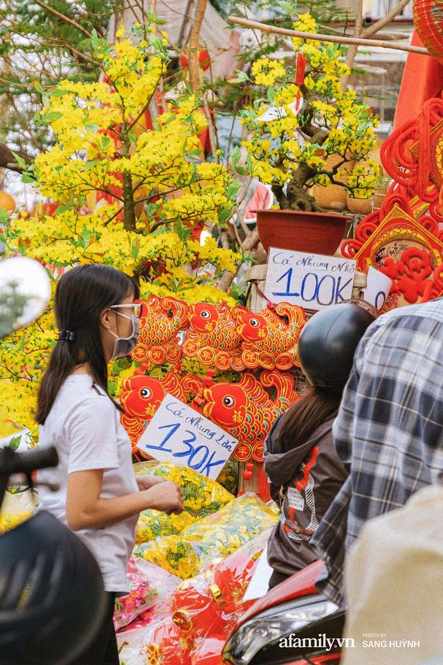 Hà Nội có Hàng Mã thì Sài Gòn cũng có phố Hải Thượng Lãn Ông - nơi bán đồ trang trí Tết rực rỡ nhất quận 5, đẹp như một Hong Kong thu nhỏ - Ảnh 5.