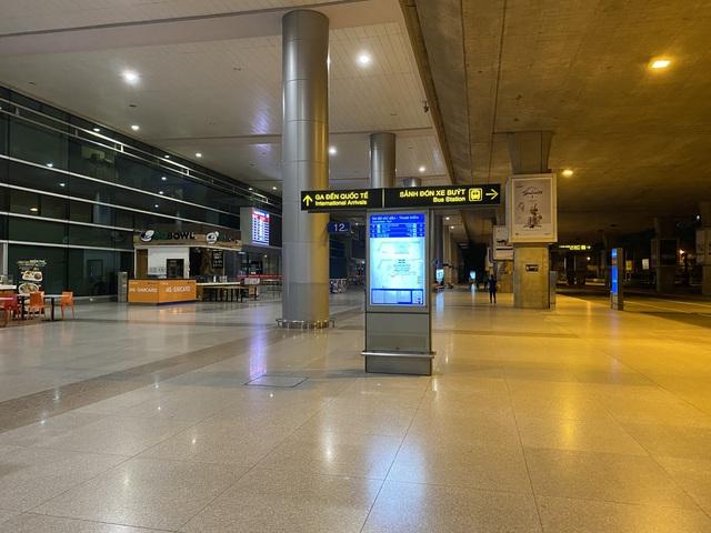 Chùm ảnh: Hình ảnh trái ngược ở ga quốc tế Tân Sơn Nhất trong năm nay và năm trước dịp gần Tết Nguyên đán - Ảnh 6.
