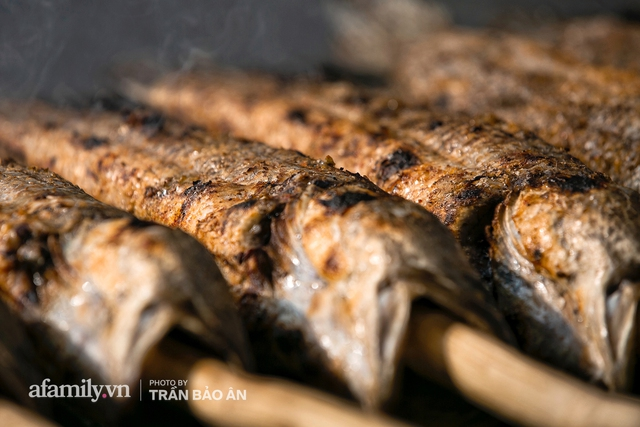 Đến tiệm bán mỗi ngày hơn 2.500 con cá lóc nướng mía, để biết món ăn này có gì đặc biệt mà người Sài Gòn năm nào cũng xếp hàng mang về cúng ông Táo!? - Ảnh 6.
