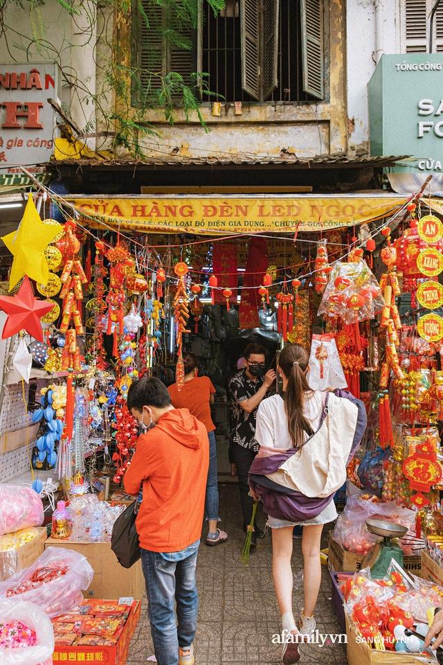 Hà Nội có Hàng Mã thì Sài Gòn cũng có phố Hải Thượng Lãn Ông - nơi bán đồ trang trí Tết rực rỡ nhất quận 5, đẹp như một Hong Kong thu nhỏ - Ảnh 6.