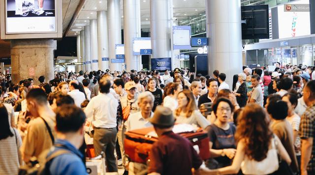 Chùm ảnh: Hình ảnh trái ngược ở ga quốc tế Tân Sơn Nhất trong năm nay và năm trước dịp gần Tết Nguyên đán - Ảnh 7.