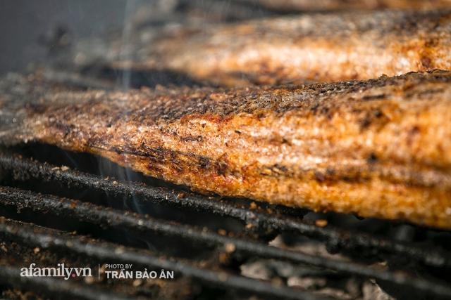 Đến tiệm bán mỗi ngày hơn 2.500 con cá lóc nướng mía, để biết món ăn này có gì đặc biệt mà người Sài Gòn năm nào cũng xếp hàng mang về cúng ông Táo!? - Ảnh 7.