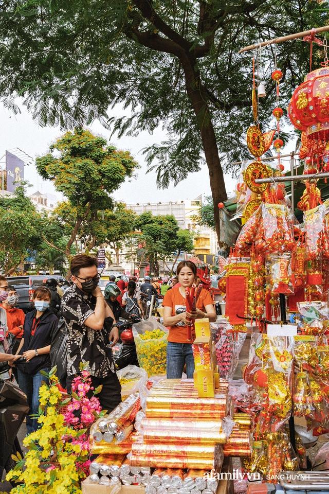 Hà Nội có Hàng Mã thì Sài Gòn cũng có phố Hải Thượng Lãn Ông - nơi bán đồ trang trí Tết rực rỡ nhất quận 5, đẹp như một Hong Kong thu nhỏ - Ảnh 7.