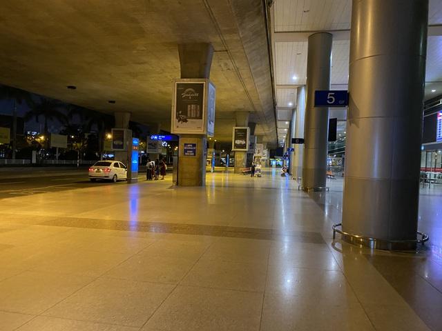 Chùm ảnh: Hình ảnh trái ngược ở ga quốc tế Tân Sơn Nhất trong năm nay và năm trước dịp gần Tết Nguyên đán - Ảnh 8.