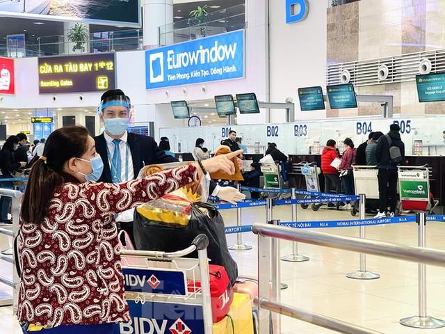 Dịch COVID-19 bùng phát trở lại, sân bay Nội Bài lại đìu hiu - Ảnh 8.