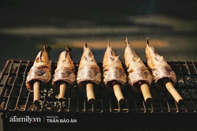 Đến tiệm bán mỗi ngày hơn 2.500 con cá lóc nướng mía, để biết món ăn này có gì đặc biệt mà người Sài Gòn năm nào cũng xếp hàng mang về cúng ông Táo!? - Ảnh 8.