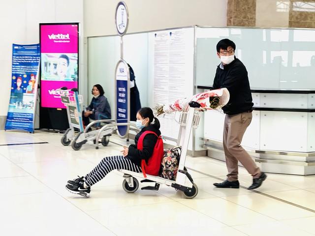Dịch COVID-19 bùng phát trở lại, sân bay Nội Bài lại đìu hiu - Ảnh 9.