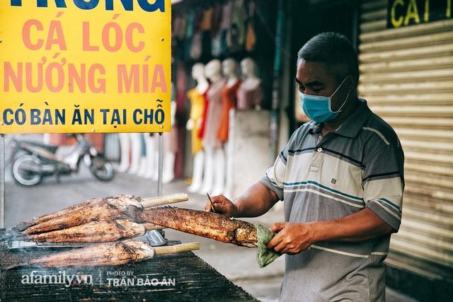 Đến tiệm bán mỗi ngày hơn 2.500 con cá lóc nướng mía, để biết món ăn này có gì đặc biệt mà người Sài Gòn năm nào cũng xếp hàng mang về cúng ông Táo!? - Ảnh 9.