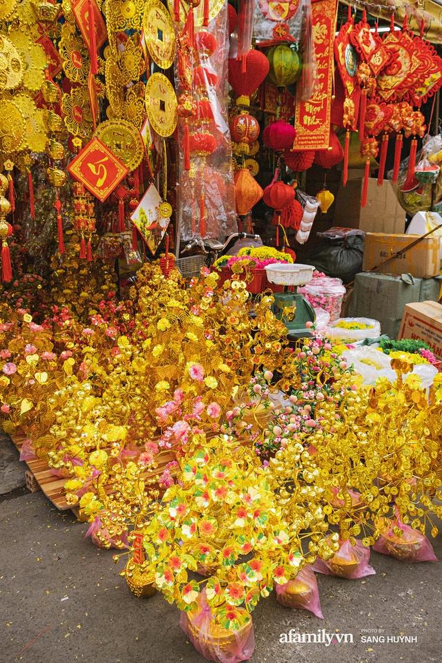 Hà Nội có Hàng Mã thì Sài Gòn cũng có phố Hải Thượng Lãn Ông - nơi bán đồ trang trí Tết rực rỡ nhất quận 5, đẹp như một Hong Kong thu nhỏ - Ảnh 9.