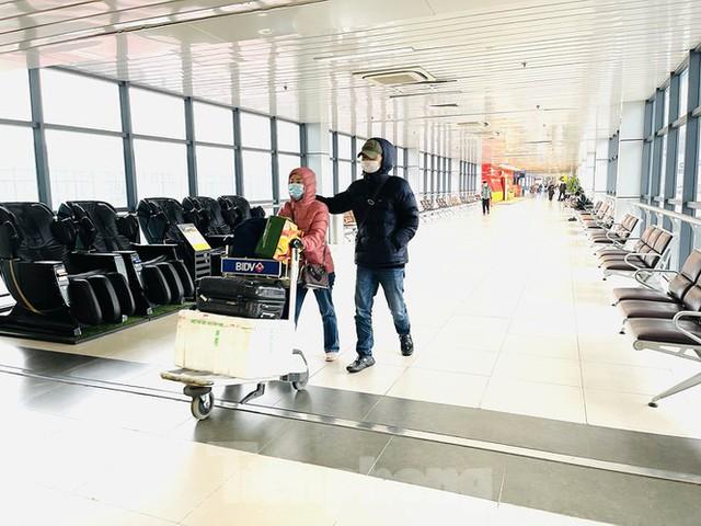 Dịch COVID-19 bùng phát trở lại, sân bay Nội Bài lại đìu hiu - Ảnh 10.
