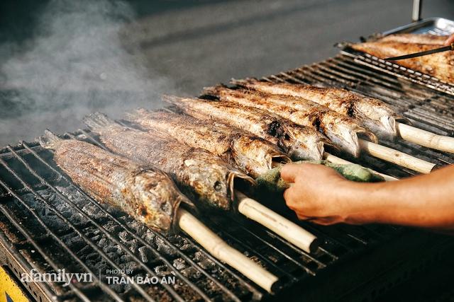 Đến tiệm bán mỗi ngày hơn 2.500 con cá lóc nướng mía, để biết món ăn này có gì đặc biệt mà người Sài Gòn năm nào cũng xếp hàng mang về cúng ông Táo!? - Ảnh 10.