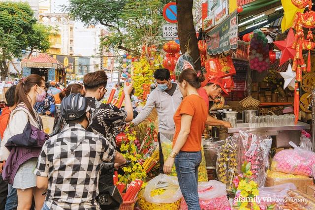 Hà Nội có Hàng Mã thì Sài Gòn cũng có phố Hải Thượng Lãn Ông - nơi bán đồ trang trí Tết rực rỡ nhất quận 5, đẹp như một Hong Kong thu nhỏ - Ảnh 10.