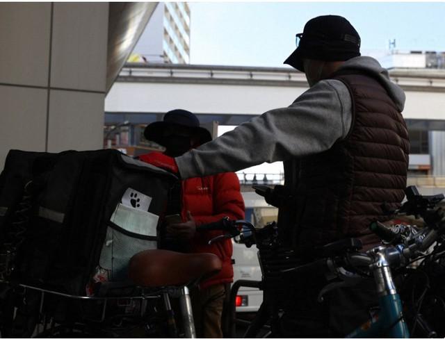 Bị Covid-19 dồn vào đường cùng, lao động trung niên Nhật Bản phải nai lưng làm shipper giao đồ ăn ngoài giờ để kiếm thêm thu nhập - Ảnh 2.