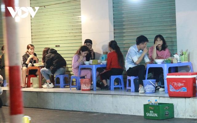 Nhiều quán ăn đường phố, trà đá vỉa hè ở Hà Nội vi phạm chỉ đạo chống dịch Covid-19 - Ảnh 1.